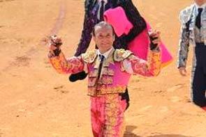 Susto grande con Ruiz Miguel, que quedó inconsciente, y triunfo de Ferrera