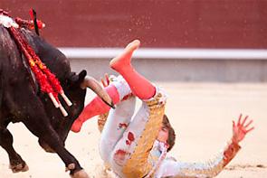 El novillero Mario Alcalde, herido grave con dos cornadas en Madrid